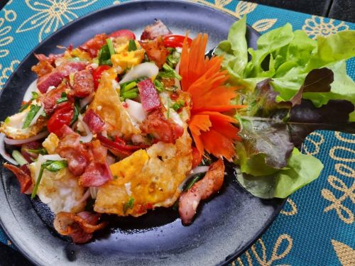 Fried Egg & Bacon Salad (Yum Kai Dao Bacon)